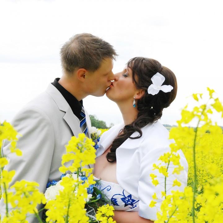 Hochzeitsgrüße aus dem Rapsfeld