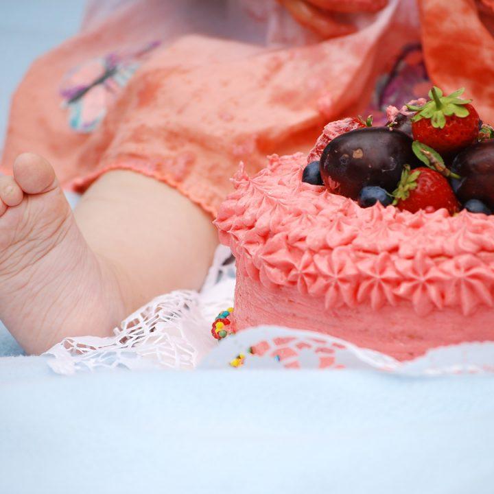 Fruchtiges Cake-Smash im Grünen